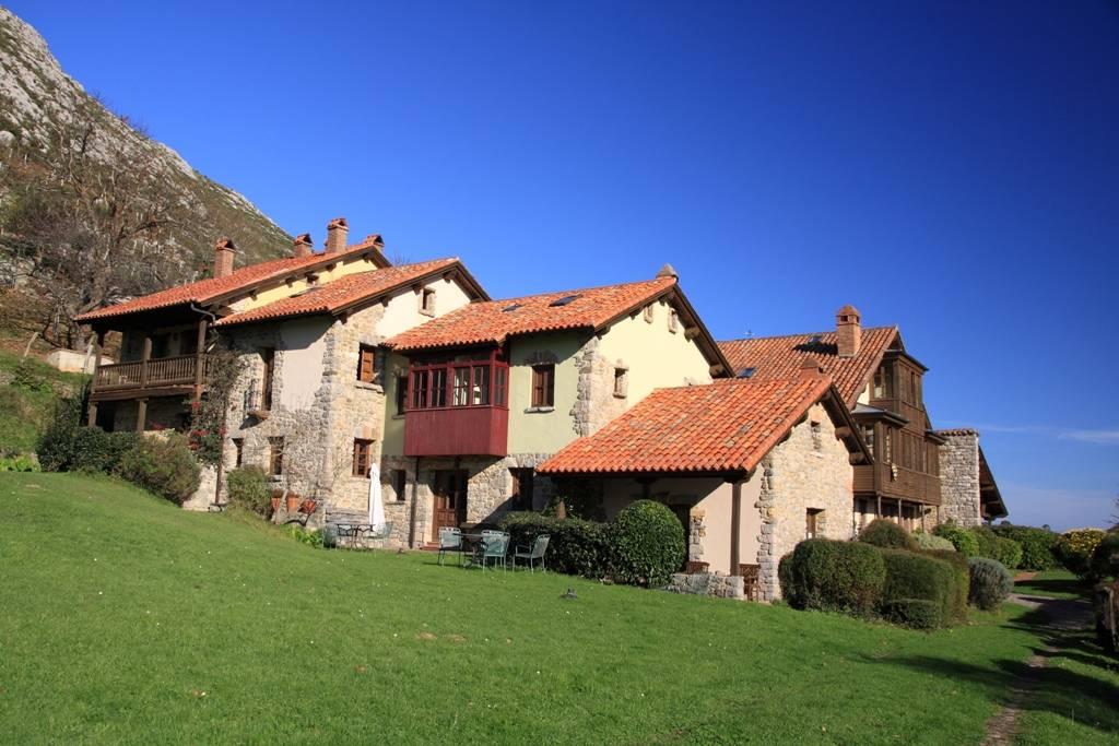 Hotel y apartamento rural la monta a m gica llanes for Camping en llanes con piscina